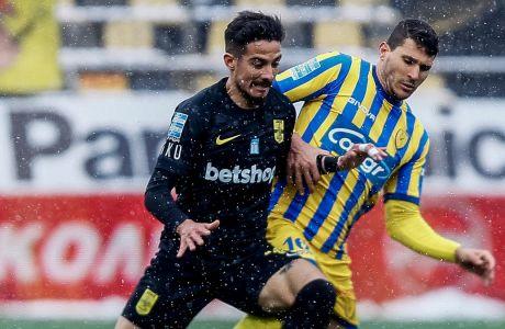 Μπερτόγλιο και Καρέλης διεκδικούν τη μπάλα στο Άρης-Παναιτωλικός 0-0, που διεξήχθη υπό χιονόπτωση στο 'Κ. Βικελίδης' για την 22η αγ. της Super League Interwetten | 14/02/2021 (MOTION TEAM)