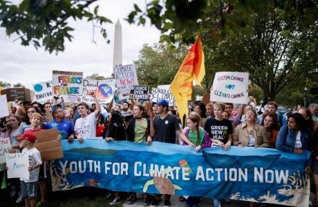 epa07840208 Student activists participate in a School Strike for Climate reform on the Ellipse near the White House in Washington, DC, USA, 13 September 2019. Swedish activist Greta Thunberg sparked a global movement when she took Fridays off from her school in Stockholm to promote climate reform.  EPA/SHAWN THEW