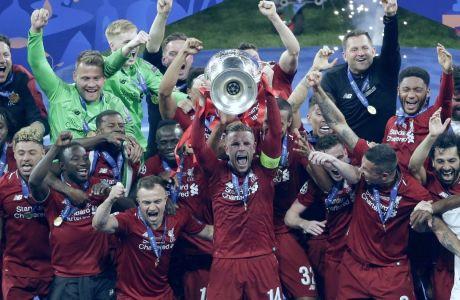 Οι παίκτες της Λίβερπουλ πανηγυρίζουν στην απονομή του τροπαίου του Champions League 2018-2019, μετά από τη νίκη τους με 2-0 επί της Τότεναμ στον τελικό του 'Γουάντα Μετροπολιτάνο' της Μαδρίτης, Σάββατο 1 Ιουνίου 2019