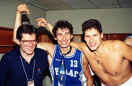 Μάκης Δενδρινός, Παναγιώτης Φασούλας και Φάνης Χριστοδούλου πανηγυρίζουν στα αποδυτήρια μετά από τη νίκη της Εθνικής Ελλάδας επί της Γερμανίας, στον 4ο όμιλο του 1ου γύρου του Μουντομπάσκετ '94, στο Τορόντο, Πέμπτη 4 Αυγούστου 1994