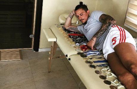 Πρώην άσος του Ολυμπιακού μετράει στο κρεβάτι τα αμέτρητα μετάλλιά του!