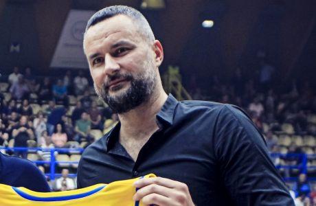Ο Μίλαν Γκούροβιτς κατά τη βράβευσή του από το Περιστέρι, τον Οκτώβριο του 2018