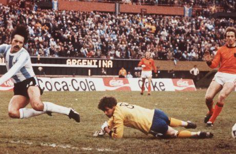 Ο Γιαν Γονγκμπλουντ σώζει την Ολλανδία από το δεύτερο γκολ, προλαβαίνοντας τον Λεοπόλντο Λούκε, υπό το βλέμμα του Άρι Χααν, στο δεύτερο ημίχρονο του τελικού το 1978