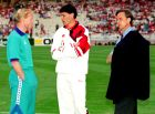 Κούμαν, Φαν Μπάστεν και Κρόιφ στον αγωνιστικό χώρο του ΟΑΚΑ, λίγο πριν ξεκινήσει ο τελικός του Champions League του 1994 ανάμεσα στην Μπαρτσελόνα και τη Μίλαν (0-4).
