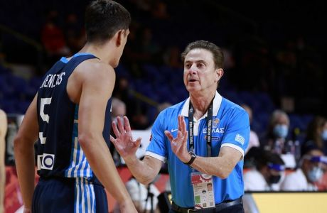 Ο Ρικ Πιτίνο και ο Γιαννούλης Λαρεντζάκης στη διάρκεια του αγώνα Ελλάδας-Κίνας