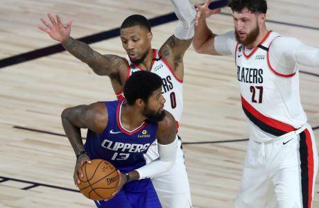 Ο Πολ Τζορτζ των Λος Άντζελες Κλίπερς σε στιγμιότυπο με τους Ντέιμιαν Λίλαρντ και Γιουσούφ Νούρκιτς των Πόρτλαντ Τρέιλ Μπλέιζερ σε αναμέτρηση για τον 1ο γύρο των NBA Playofffs 2019-2020 στο 'ESPN Wide World of Sports Complex', Φλόριντα | Σάββατο 8 Αυγούστου 2020