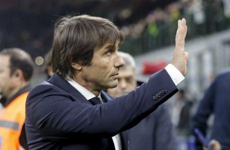 O προπονητής της Ίντερ, Αντόνιο Κοντε χαιρετά τους φίλους της ομάδας, ύστερα από το νικηφόρο ματς της ομάδας του κόντρα στην Τζένοα.