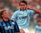 Ο Μάσιμο Καρέρα, ως αρχηγός της Αταλάντα, μαρκάρει τον Ρομπέρτο Μαντσίνι, τότε ποδοσφαιριστή της Λάτσιο
