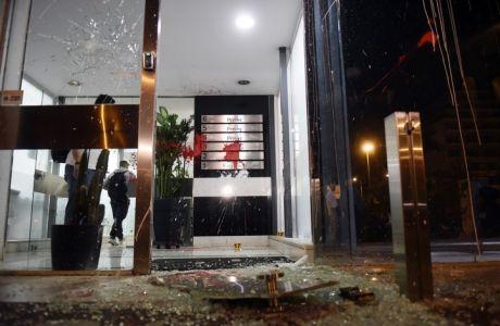 """Επίθεση με πέτρες και μπογιές πραγματοποίησε το απόγευμα της Κυριακής 22 Οκτωβρίου 2017, ομάδα αγνώστων στα γραφεία της εφημερίδας """"Εθνος"""" και της 24Media στην οδό Συγγρού. Οι άγνωστοι, έσπασαν την κεντρική είσοδο και έριξαν κόκκινες μπογιές στις εξωτερικές τζαμαρίες.  (EUROKINISSI/ΤΑΤΙΑΝΑ ΜΠΟΛΑΡΗ)"""