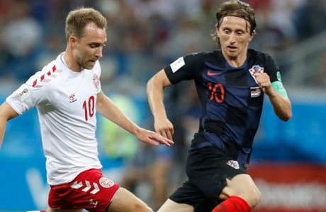 Croatia's Luka Modric, right, and Denmark's Christian Eriksen challenge for the ball during the round of 16 match between Croatia and Denmark at the 2018 soccer World Cup in the Nizhny Novgorod Stadium, in Nizhny Novgorod , Russia, Sunday, July 1, 2018. (AP Photo/Efrem Lukatsky)