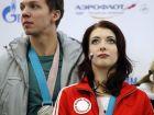 Η Εκατερίνα Μπόμπροβα και ο Ντμίτρι Σλόβιεβ, ζευγάρι στο καλλιτεχνικό πατινάζ, με το σύμβολο των ουδέτερων αθλητών από τη Ρωσία