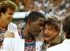 Ο Τσακ Ντέιλι στην αγκαλιά του Τζο Ντουμάρς, το 1990 (AP Photo/H. Joe Holloway Jr., File)