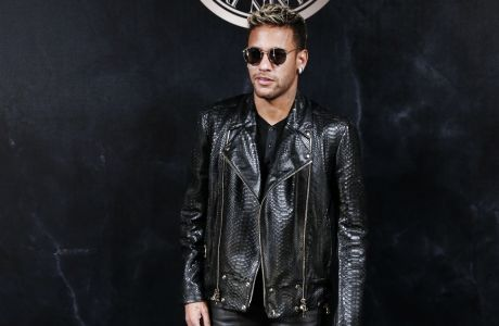 Brazilian PSG striker Neymar poses during a photocall for the L'Oreal Balmain party during the ready-to-wear fashion week in Paris, France, Thursday, Sept. 28, 2017. (AP Photo/Kamil Zihnioglu)