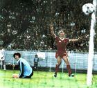 Ο Άλαν Κένεντι έχει σκοράρει και πανηγυρίζει, ο Αγουστίν βλέπει τη μπάλα στα δίχτυα του και στο βάθος αριστερά, διακρίνεται ο Ντελ Μπόσκε (27/5/1981)