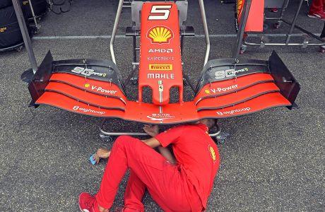 Μηχανικός της Ferrari προσπαθεί να εντοπίσει πρόβλημα στο μονοθέσιο του Ζεμπάστιαν Φέτελ