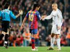 """Ροναλντίνιο και Ρονάλντο δίνουν τα χέρια πριν από clásico του 2004 στο """"Καμπ Νόου""""."""