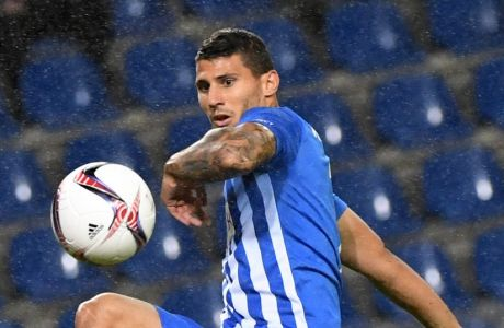 Genk's Nikos Karelis, right, moves to score against Sassuolo oalkeeper Andrea Consigli during the Europa League Group stage F soccer match between Genk and Sassuolo at the Cristal Arena in Genk, Belgium, Thursday, Sept. 29, 2016. (AP Photo/Geert Vanden Wijngaert)