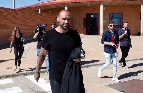 Ο Ραούλ Μπράβο έξω από τη φυλακή της Θουέρα.