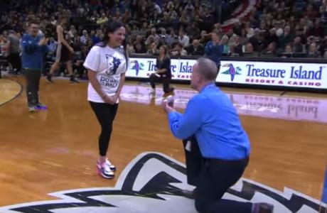 Θεούλης οπαδός έκανε την καλύτερη πρόταση γάμου σε παρκέ NBA