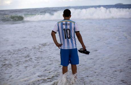 Στην παραλία της Κοπα Καμπάνα, φαν του Μέσι ποζάρει με την φανέλα της Αργεντινής