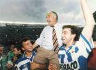 """Ο Αρσένιο Ιγκλέσιας στους ώμους του Φραν (αριστερά) και του Χουάν Βιγιαρόγια, γνωρίζοντας την αποθέωση στο """"Ριαθόρ"""" στο αποχαιρετιστήριο παιχνίδι του ως προπονητής της Ντεπορτίβο (1995)"""