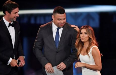 Co-host and US actress Eva Longoria speaks on stage next to co-host Marco Schreyl (L) and former Brazilian football player Ronaldo to announce the winner of The 2016 FIFA Puskas Award during The Best FIFA Football Awards ceremony, on January 9, 2017 in Zurich. / AFP PHOTO / Fabrice COFFRINI