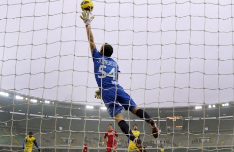 Chievo  goalkeeper Stefano Sorrentino saves a ball during the Serie A soccer match against Chievo at Verona's Bentegodi stadium, Italy, Sunday, Nov. 25, 2012. (AP Photo/Marco Vasini)