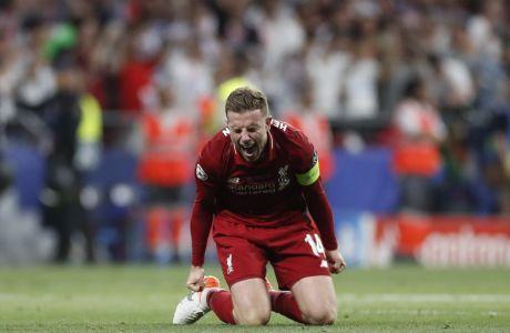 O Τζόρνταν Χέντερσον πανηγυρίζει την κατάκτηση του Champions League από τη Λίβερπουλ