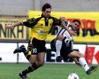 Ο Ντράγκαν Τσίριτς με τη φανέλα της ΑΕΚ διεκδικεί την μπάλα