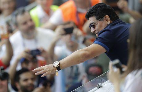 Ο Ντιέγκο Μαραντόνα χαιρετά τον κόσμο στην 'Kazan Arena', πριν την αναμέτρηση της Γαλλίας με την Αργεντινή στο Παγκόσμιο Κύπελλο που διεξήχθη στην Ρωσία | 30 Ιουνίου 2018 (AP Photo/Sergei Grits)