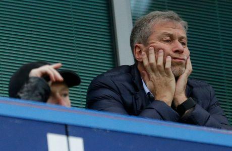 Ο Ρόμαν Αμπράμοβιτς παρακολουθεί αναμέτρηση της Τσέλσι από την σουίτα του στο 'Stamford Bridge' του Λονδίνου | 19 Δεκεμβρίου 2015 (AP Photo/Matt Dunham)