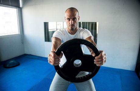 3 ασκήσεις για να μην υποτιμήσεις ποτέ ξανά έναν δίσκο γυμναστικής