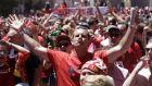 Οι φίλαθλοι της Λίβερπουλ γιορτάζουν στη fan zone πριν από τον τελικό Champions League 2018-2019 με αντίπαλο την Τότεναμ στο 'Γουάντα Μετροπολιτάνο' της Μαδρίτης, Σάββατο 1 Ιουνίου 2019