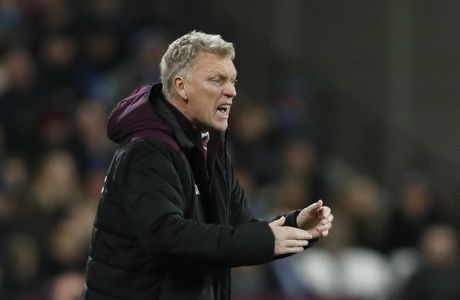 West Ham's manager David Moyes shouts from the side line during the English Premier League soccer match between West Ham and Arsenal at the London stadium in London, Wednesday, Dec. 13, 2017. (AP Photo/Kirsty Wigglesworth)