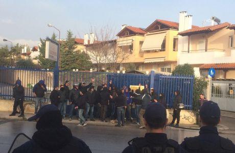 Οπαδοί του ΠΑΟΚ πήγαν στην εκδίκαση και φωνάζουν συνθήματα!