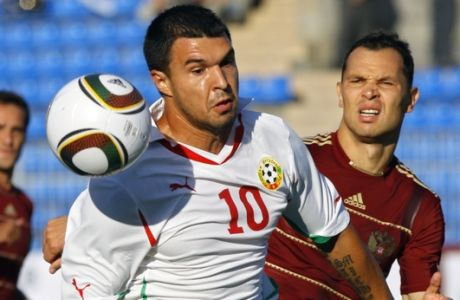 Russia's Sergei Ignashevich, right, fights for the ball with Bulgaria's Valeri Bojinov, during their international friendly soccer match in St.Petersburg, Russia, Wednesday, Aug. 11, 2010. (AP Photo/Dmitry Lovetsky)