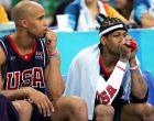 Ρίτσαρντ Τζέφερσον και Άλεν Άιβερσον των ΗΠΑ παρακολουθούν την ήττα της ομάδας τους από την Αργεντινή στα ημιτελικά του τουρνουά μπάσκετ των Ολυμπιακών Αγώνων 2004, κλειστό των Ολυμπιακών Εγκαταστάσεων, Παρασκευή 27 Αυγούστου 2004