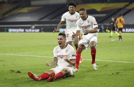 Ο Λούκας Οκάμπος της Σεβίλλης πανηγυρίζει γκολ που σημείωσε κόντρα στη Γουλβς για τα προημιτελικά του Europa League 2019-2020 στην 'MSV Arena', Ντούισμπουργκ | Τρίτη 11 Αυγούστου 2020