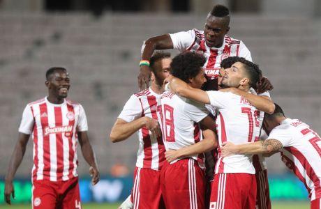 Οι παίκτες του Ολυμπιακού πανηγυρίζουν το γκολ του Ραντζέλοβιτς, με το οποίο οι 'ερυθρόλευκοι' επικράτησαν με σκορ 1-0 της ΑΕΚ στον τελικό του Κυπέλλου και έφτασαν στο νταμπλ της περιόδου 2029-2020, το 18ο στην ιστορία τους.  (ΦΩΤΟΓΡΑΦΙΑ: ΜΑΡΚΟΣ ΧΟΥΖΟΥΡΗΣ / EUROKINISSI)