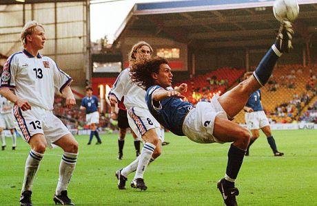 Ο Πάολο Μαλντίνι της Ιταλίας σε στιγμιότυπο της αναμέτρησης με την Τσεχία για τη φάση των ομίλων του Euro 1996 στο 'Άνφιλντ', Λίβερπουλ, Παρασκευή 14 Ιουνίου 1996