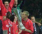 O Ρόμπι Φάουλερ και Ο Σάμι Χίπια με το Κύπελλο ΟΥΕΦΑ στα χέρια τους, το 2001
