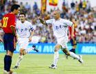 Γιαννακόπουλος και Ζαγοράκης πανηγυρίζουν το γκολ του πρώτου, ενώ ο Βιθέντε παρακολουθεί. Ισπανία - Ελλάδα 0-1 (7/6/2003)