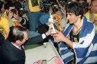 Ο Παναγιώτης Γιαννάκης παίρνει το Κύπελλο Σαπόρτα μετά τον επεισοδιακό τελικό με την Εφές στο Τορίνο το 1993