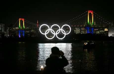 Οι Ολυμπιακοί Κύκλοι στη γέφυρα Ρέινμποου στη γειτονιά Οντάιμπα του Τόκιο, Παρασκευή 24 Ιανουαρίου 2020