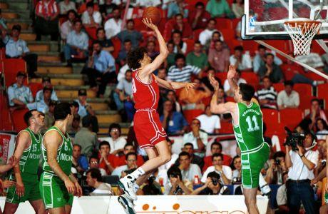 O Παναγιώτης Φασούλας επιτίθεται προς το καλάθι του Παναθηναικού, κατά την αναμέτρηση Ολυμπιακός-Παναθηναϊκός για το Final Four του Κυπέλλου Πρωταθλητριών 1993-94. Τον παρακολουθούν οι Χρήστος Μυριούνης και Νίκος Γκάλης, ενώ ο Στόγιαν Βράνκοβιτς επιχειρεί να ανακόψει το σουτ