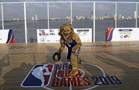 O Σαμσόν το Λιοντάρι, η μασκότ των Κινγκς πάτησε στο πλωτό γήπεδο που 'στήθηκε' στο Μουμπάι, στο πλαίσιο της προώθησης των NBA India Games 2019.