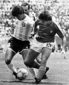 Ο Κλαούντιο Μπόργκι ανάμεσα σε Φερνάντο Ντε Νάπολι και Αντόνιο Καμπρίνι στο 1-1 μεταξύ Αργεντινής και Ιταλίας