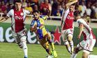 Oι Βέλτμαν, Μάριν και Μαρτίνεθ γύρω από τον Μούζα Σουλεϊμάν, στην 1η αγωνιστική των playoffs του UEFA Champions League, ματς που έληξε χωρίς γκολ (AP Photo/Philippos Christou)