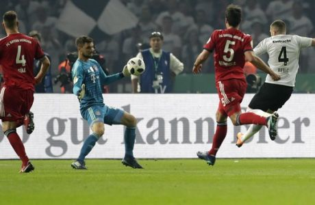 Frankfurt's Ante Rebic, right, scores his side's second goal during the German soccer cup final match between FC Bayern Munich and Eintracht Frankfurt in Berlin, Germany, Saturday, May 19, 2018. (AP Photo/Michael Sohn)