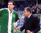Ο Γιώργος Καράγκουτης ακούει τις οδηγίες του Ζέλικο Ομπράντοβιτς, όταν τού έδωσε ξανά την ευκαιρία να παίξει μέσα στη χρονιά